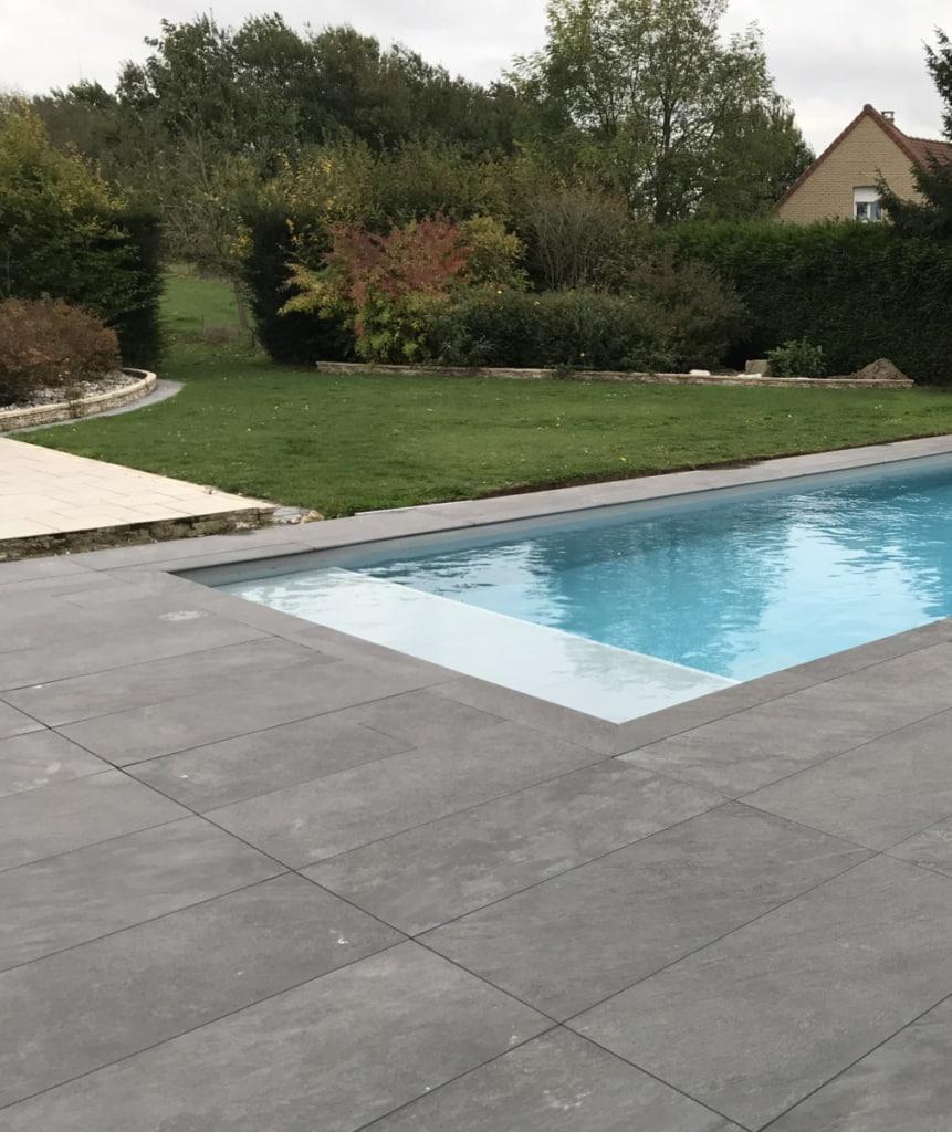 Carrelage posé sur plots terrasse et piscine titanium