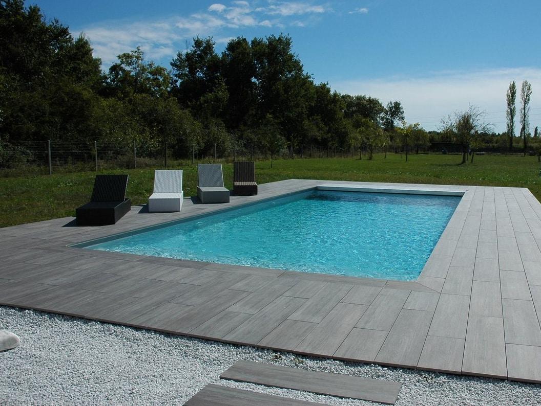 Carrelage posé sur gravier et piscine