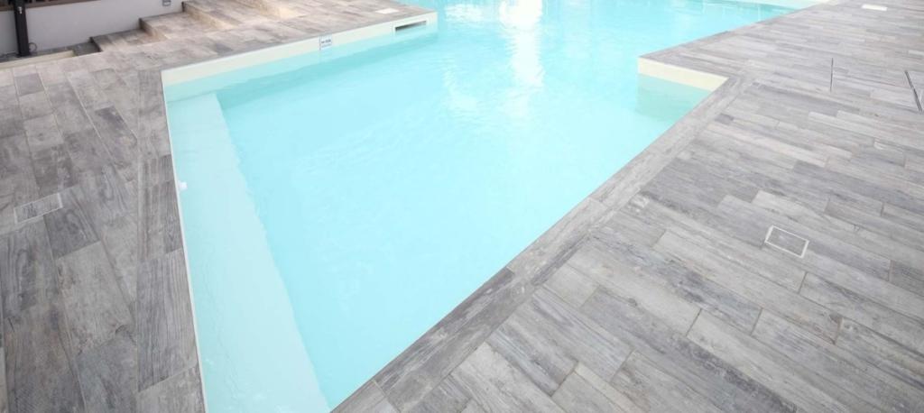 Carrelage extérieur piscine effet bois