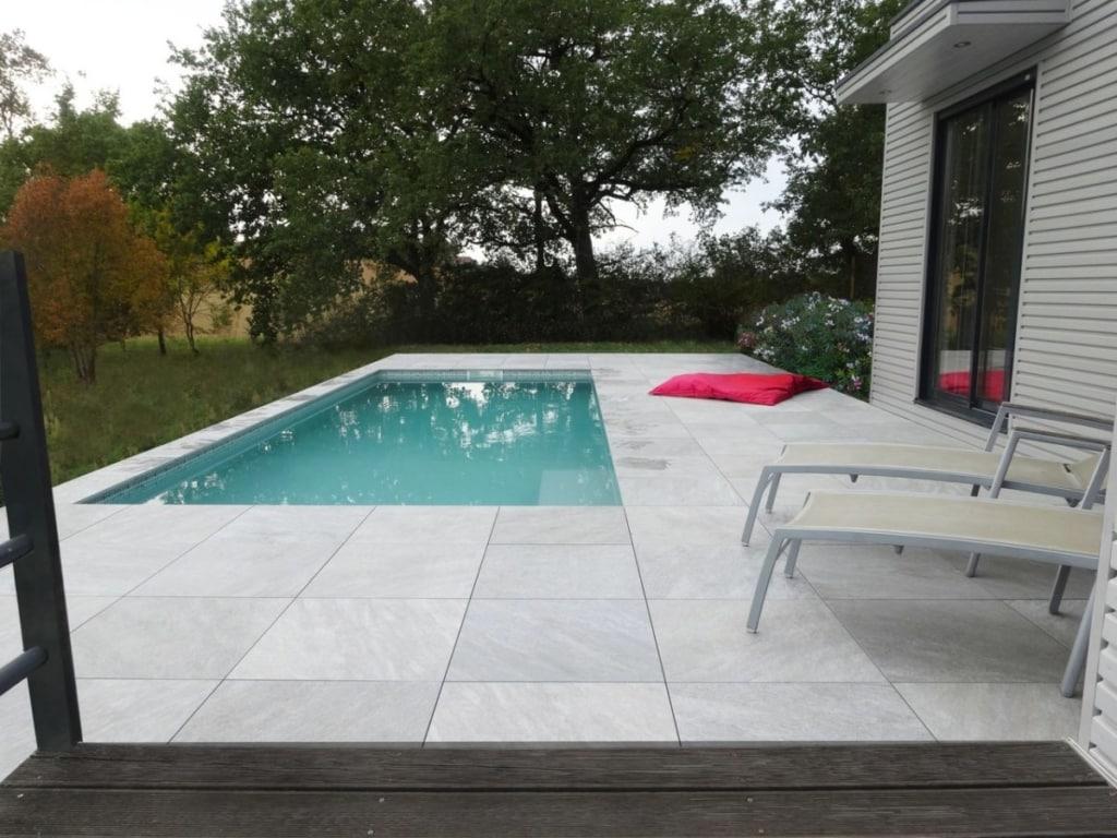 Carrelage posé sur plots et piscine
