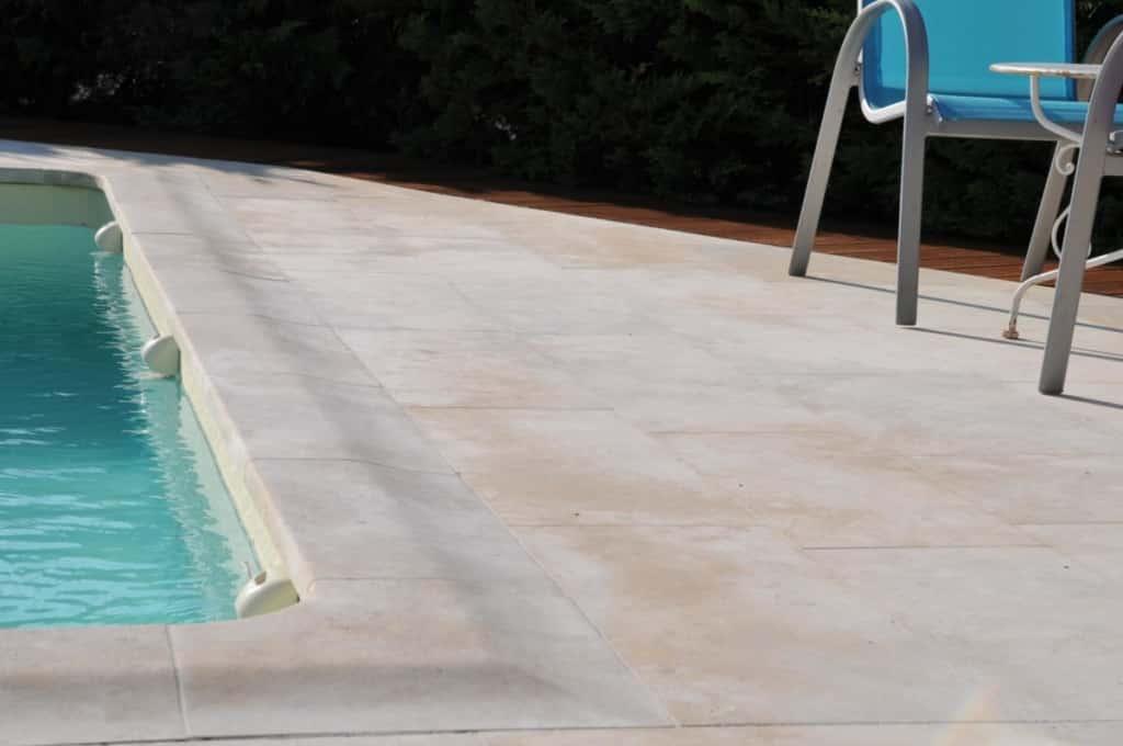Carrelage et margelle de piscine roche cendrée